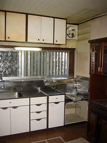キッチン改修の際、掃除のしやすい換気扇を・・・上部の換気扇を出窓に設置することによって、 高いところに上っての掃除がなくなり、使いやすくなりました。
