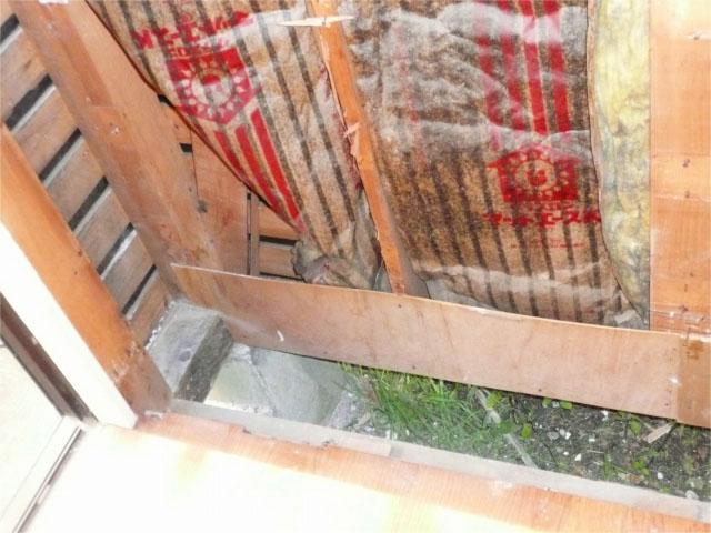 出窓を解体し中から確認